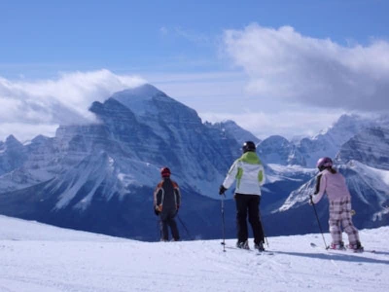 頂上に氷河があるマウントテンプルを始め、目前にはレイクルイーズ近辺の山々の大パノラマ!(C)TravelAlberta
