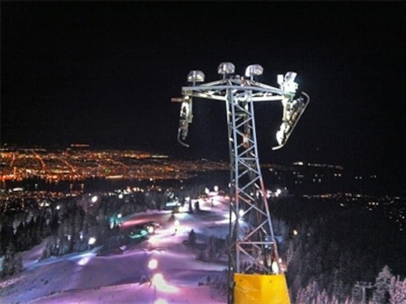 夜景の見えるゲレンデは初心者コースなので、レベルを問わず楽しめます。(C)GrouseMountainViewofVancouver/keepitsurreal