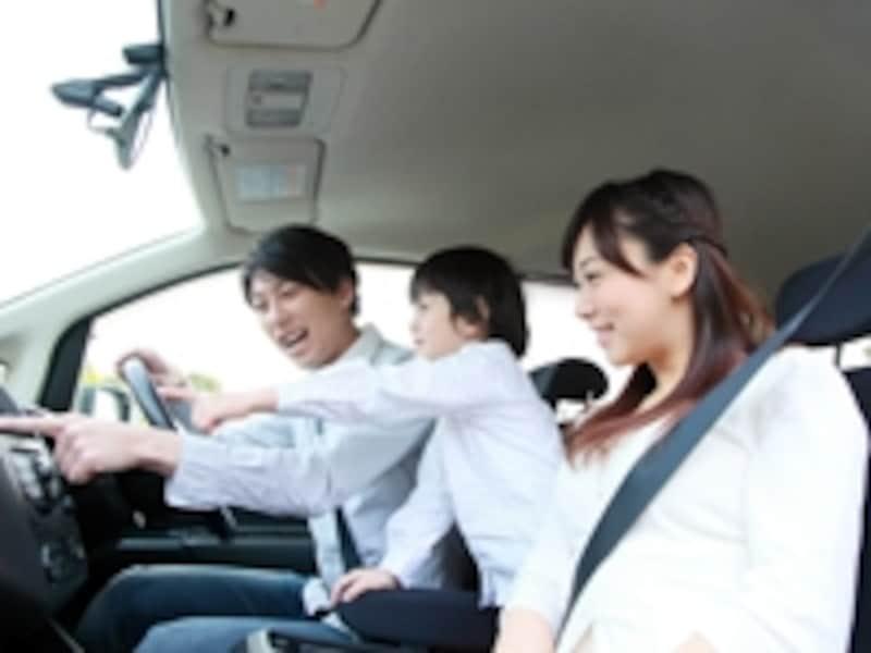 ドアが大きく、乗り降りしやすいミニバンは、家族で使う車に最適
