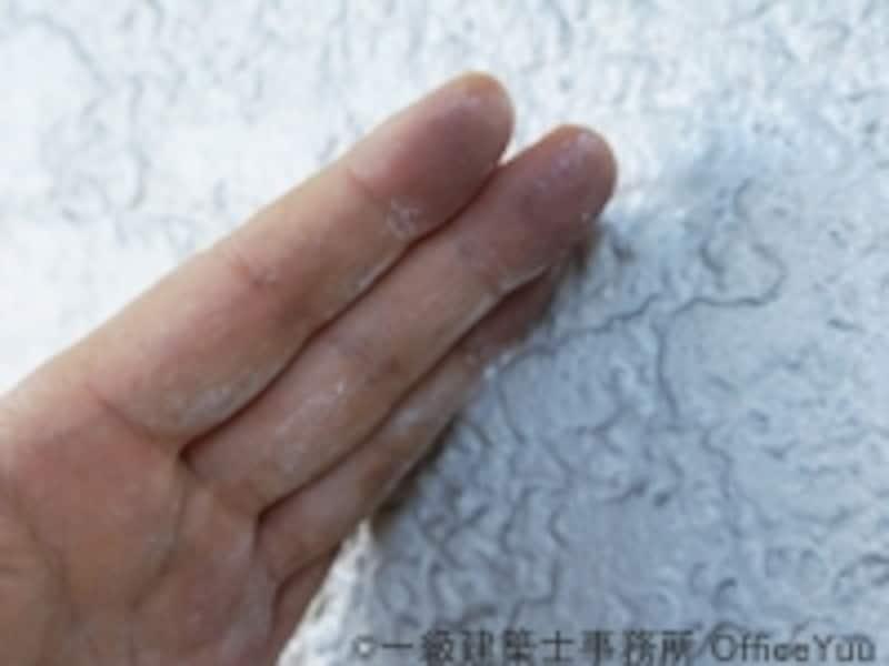 チョーキングとは塗膜が白化して白い粉が手につく状態のこと。この兆候が出てきたら、早めに塗装リフォームを。