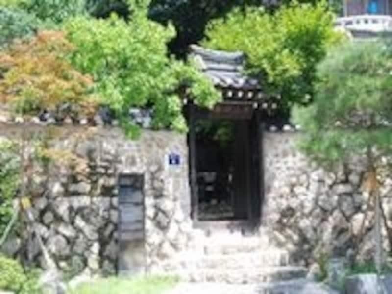 城北洞の小高い山の中腹にあり、緑に囲まれた立派な韓屋です