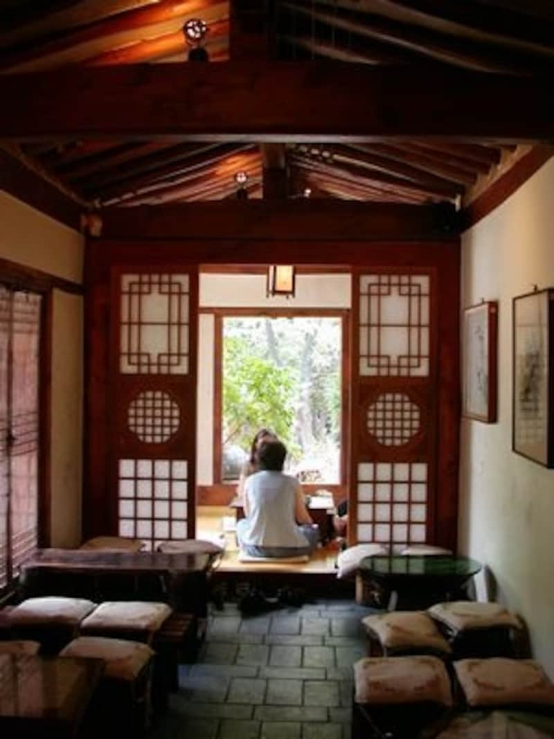 雨が降る日は特に雰囲気が出る伝統茶院。誰と訪れてもステキな時間が過ごせます(C)TraditionalTeaGarden