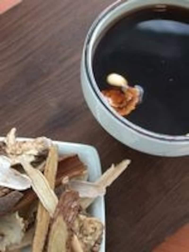 写真はサンファ茶。8種類の韓方薬を10時間以上煎じたお茶で、韓国では風邪をひいた時によく飲みます。苦味がありますが、とてもヘルシーなお茶です。(C)TraditionalTeaGarden