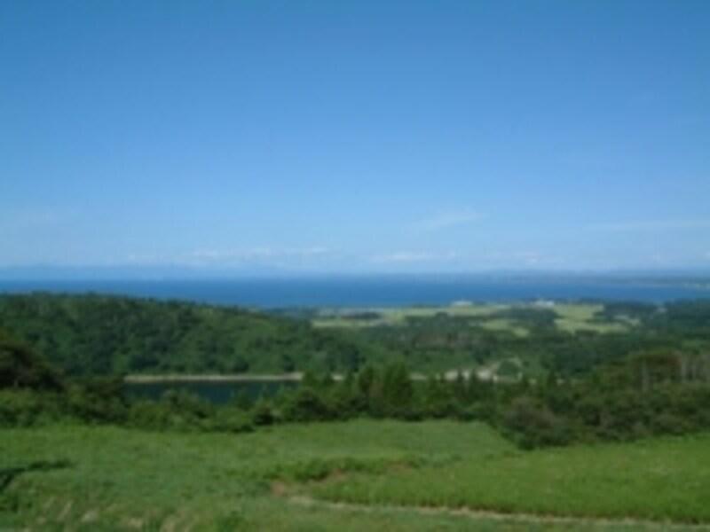 八望台からの眺め(2)/一ノ目潟と日本海、遠くに白神山地も