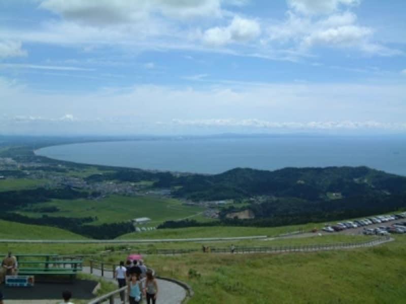 寒風山より眺める男鹿半島の美しい海岸線