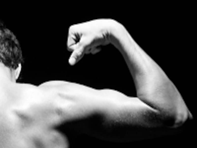 肩の筋肉は、男らしいシルエット作りに欠かせない