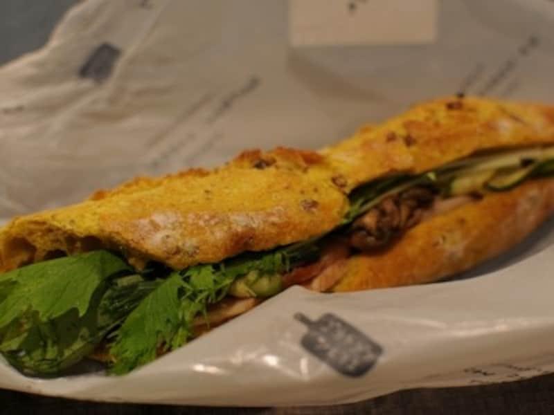 カレーバゲットサンド(480円)はスモークチキン、ズッキーニ、ナス、ローズマリー、水菜をサンド
