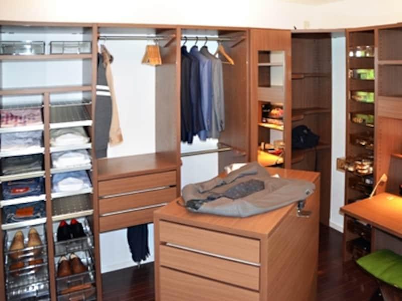 全てのファッションアイテムを1部屋にまとめたドレッシングルーム。造作家具で、ドコに何があるかひと目でわかるようにプランされている(スタイルシェルフ/ce-fit)