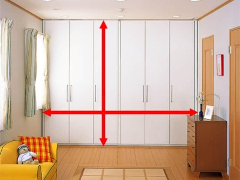 家の寸法にあわせてスキマ無く収納できる。突っ張って固定するタイプで、シーンに合わせて移動も可能な壁面収納タイプの造作家具(セフィット可動間仕切収納/ce-fit)