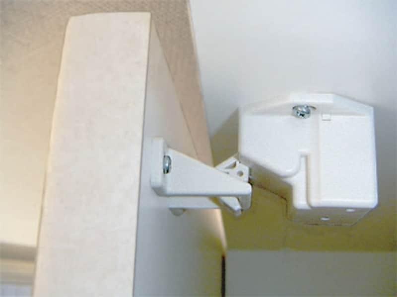 揺れを感知したときだけ作動するかんたんに後付けできる、観音扉用の耐震ロック(センサー式耐震ロック/ce-fit)