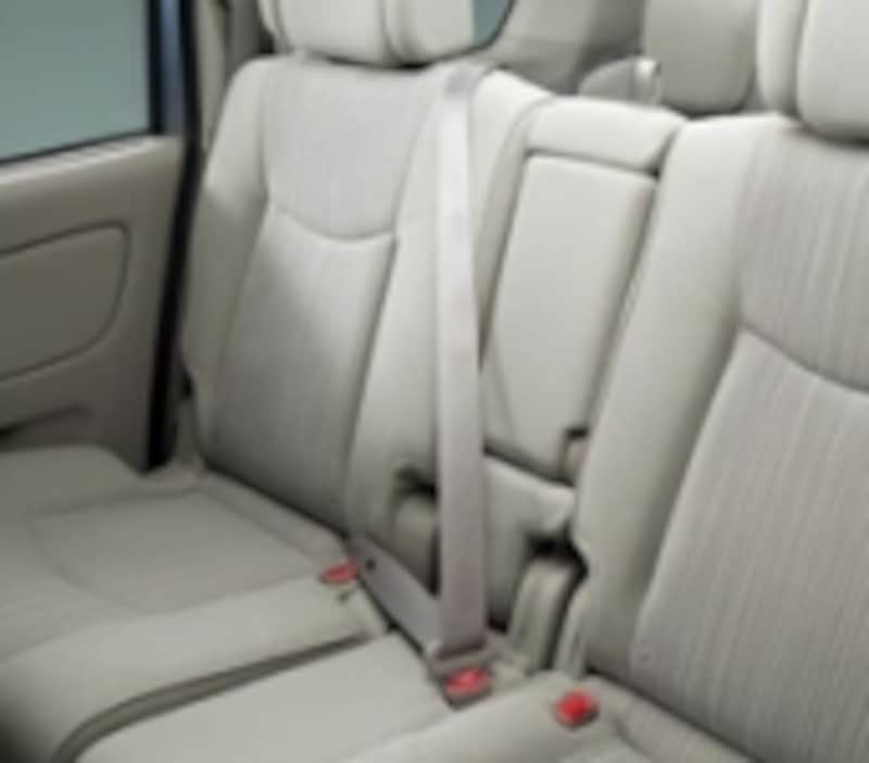 セカンドシートとサードシートには、3点式シートベルトが追加されている