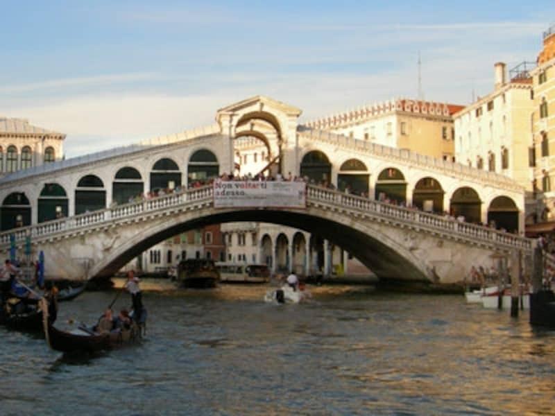 白亜のリアルト橋。橋から眺める運河の夕景はドラマチック