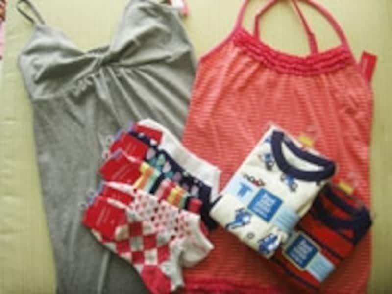 グレーのマキシ丈ドレスが16.99ドル、まとめ買いしたテニスソックス各1.99ドル、カーターズのカバーオールは6.99ドル~