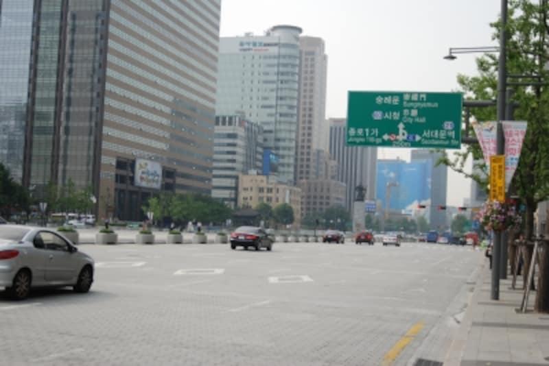 市庁駅にあるソウル広場を始め、光化門広場~清渓川付近では、たびたびデモ活動が行われています。日韓問題に関連するデモの際は、近づかないのが無難です