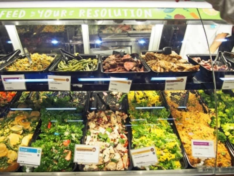 デリのサラダやローストビーフ。ベジタリアン、ビーガン(肉・魚だけでなく卵・乳製品も抜き)などサラダ1つ1つに表示がある(カハラ店)
