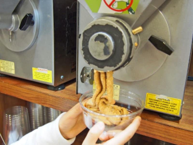 自分で搾りたてのピーナッツバターが作れるマシーン(カハラ店)