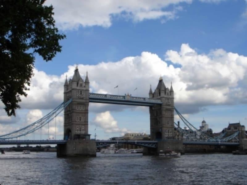 美しい跳ね橋、タワー・ブリッジ。一日に数回跳ね上がります