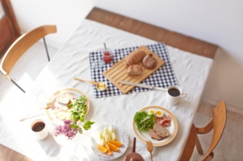 お日様いっぱいの部屋で食べる朝食