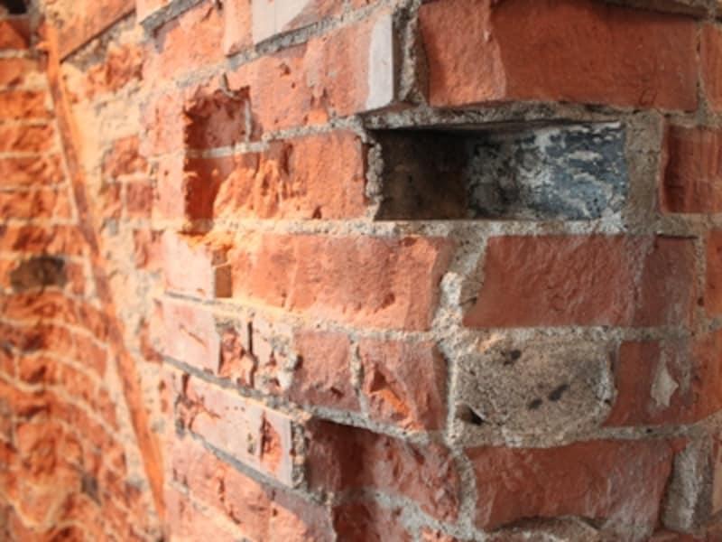 TORAYA TOKYO壁面の赤レンガには空襲で焼かれた、躯体の一部の木片が炭になって残っている。