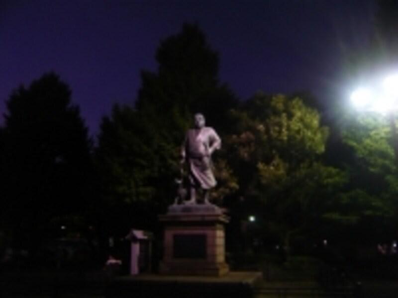 白色でライトアップされた西郷像