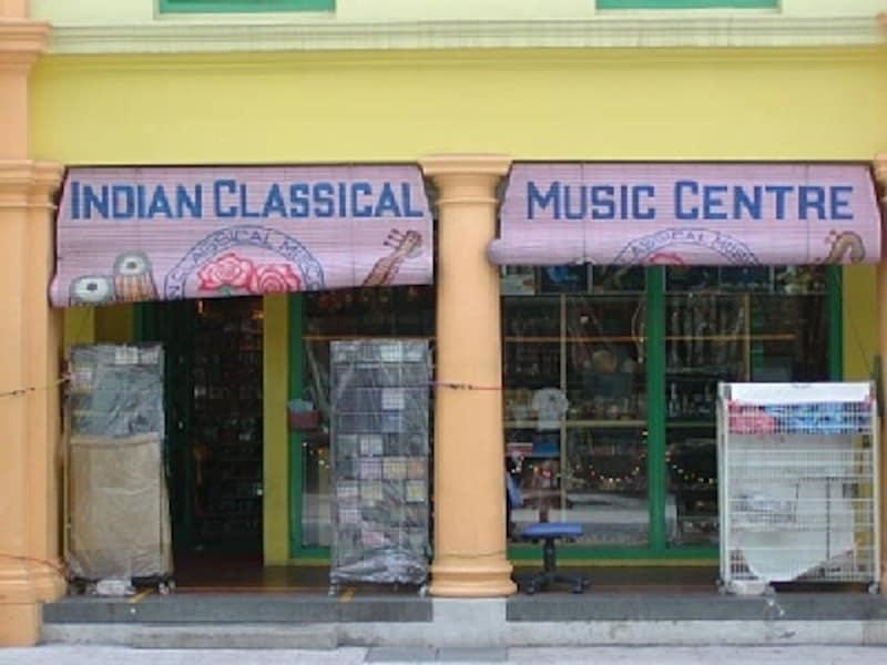 リトルインディアで見つけたインド音楽の専門店。楽器やCDなどが小さな店内に所狭しと並んでいます