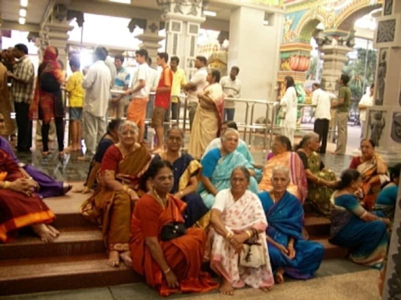 ヒンドゥー寺院に拝観に来ていた女性たち