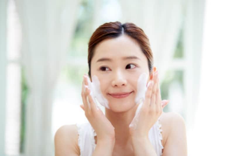 洗顔は肌をこすらず、泡立ててていねいに行いましょう