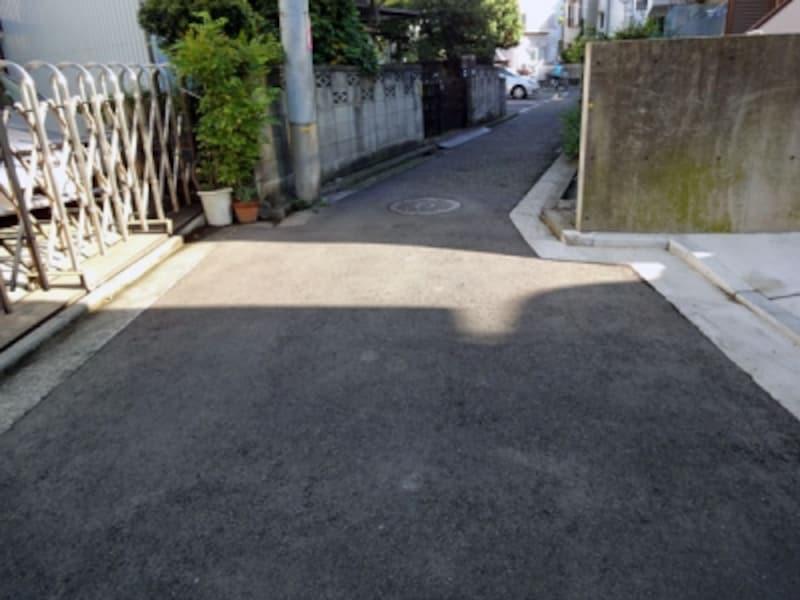 狭い部分が残る道路