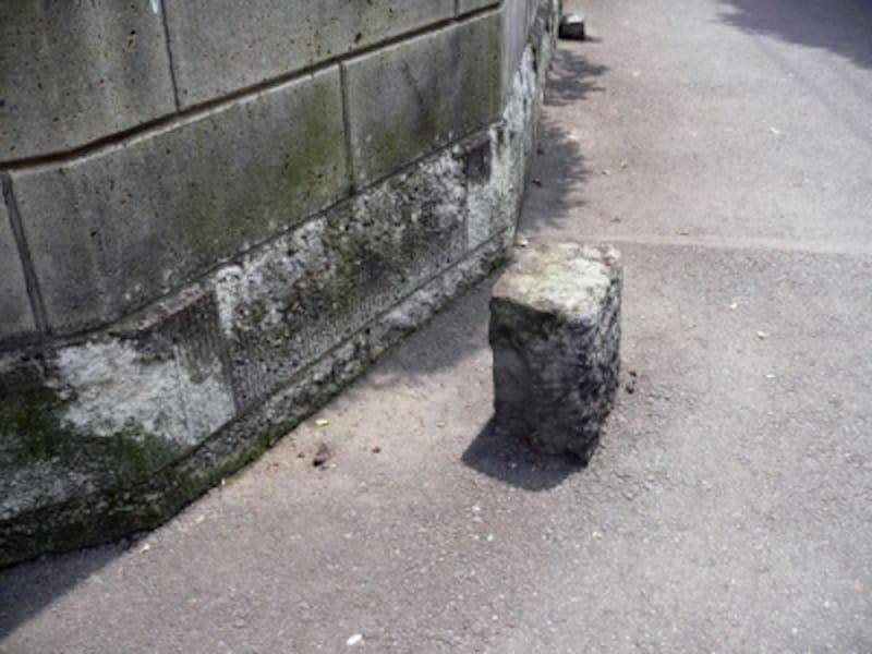 道路内に残された境界石