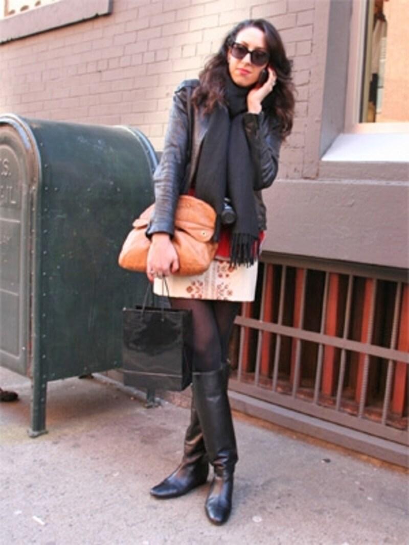 スカート&クラッチバッグでフェミニンをプラス