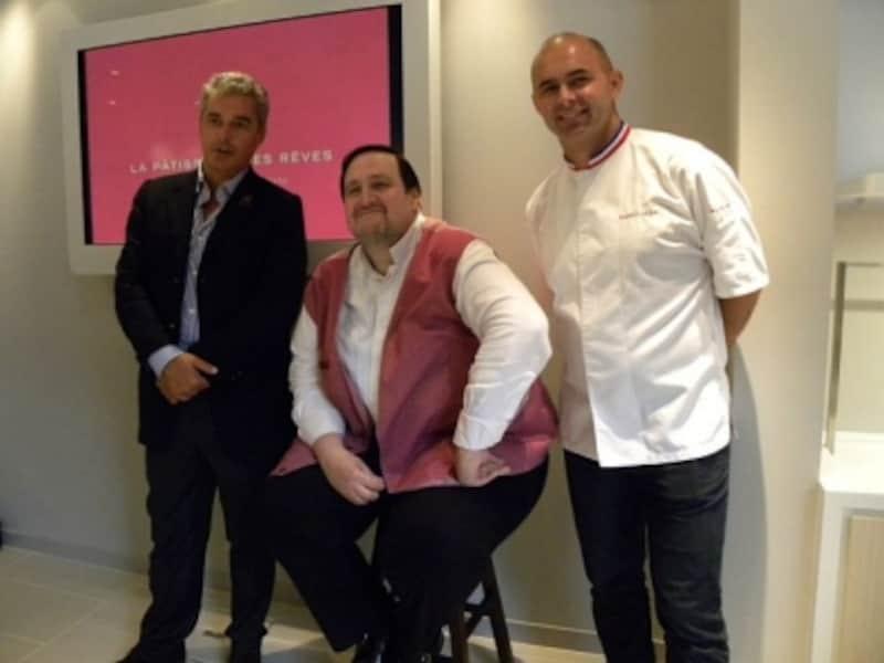 「ラ・パティスリー・デ・レーヴ」のオーナー、ティエリー・テシエ氏(左)、味覚を担当するフィリップ・コンティチーニ氏(中央)、2003年にコンティチーニ氏率いる仏チームの一員として菓子の世界大会クープ・デュ・モンド・ドゥ・ラ・パティスリーで優勝したのが縁で、現在も右腕として活躍するアンジェロ・ミュサ氏(右)