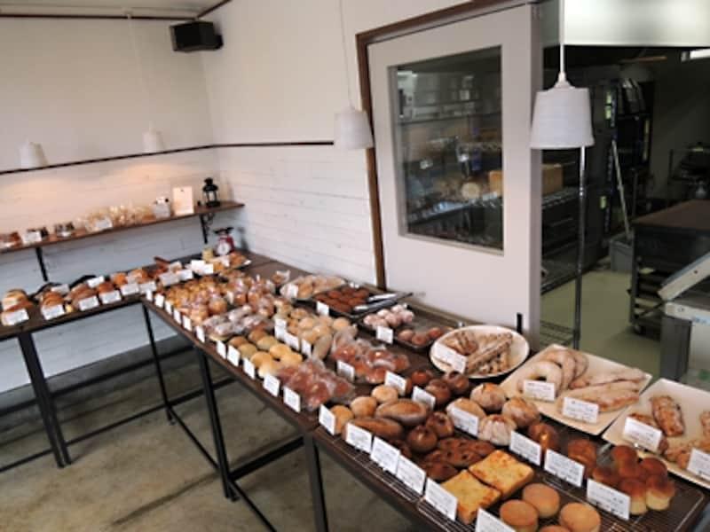 平台に焼きたてのパンが並ぶ