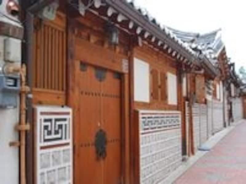 厳かなたたずまいの家々は、どれも文化的、歴史的に価値のある家ばかり