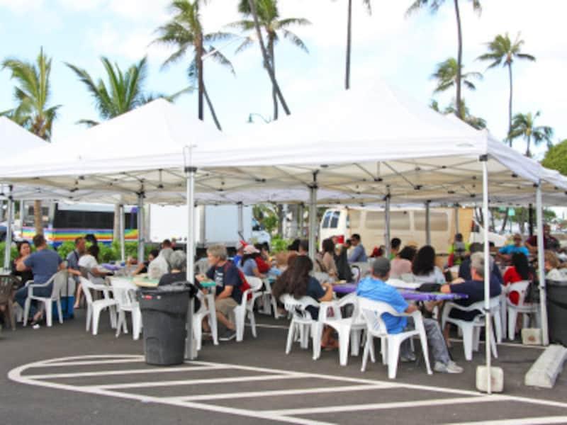 ハワイアンミュージックのライブが楽しめる休憩スペースもある