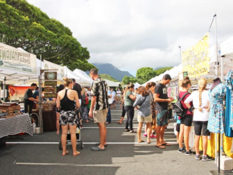 ハワイアンミュージックの生演奏と休憩スペースもあり