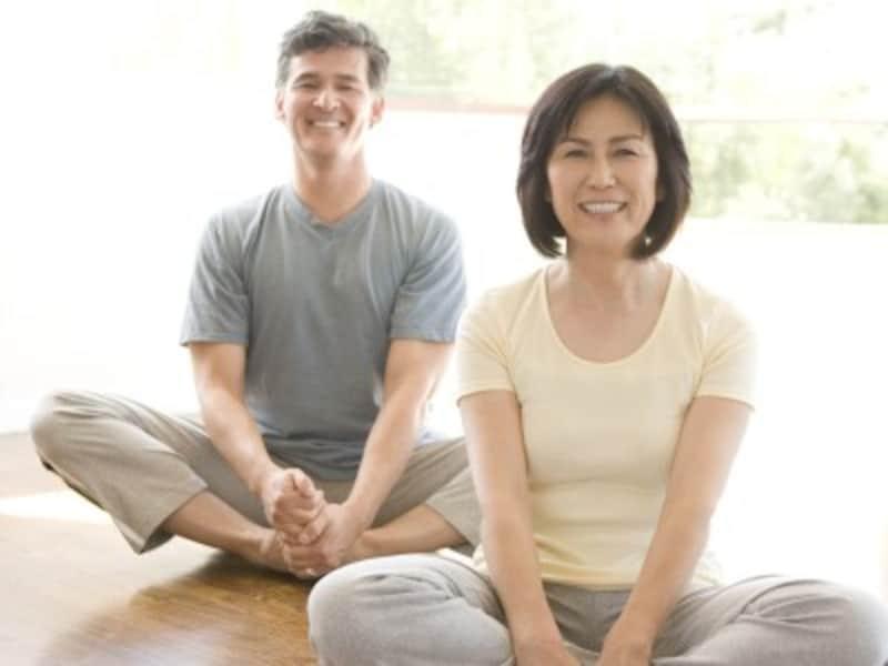 二人で腰や肩甲骨を効果的にストレッチ