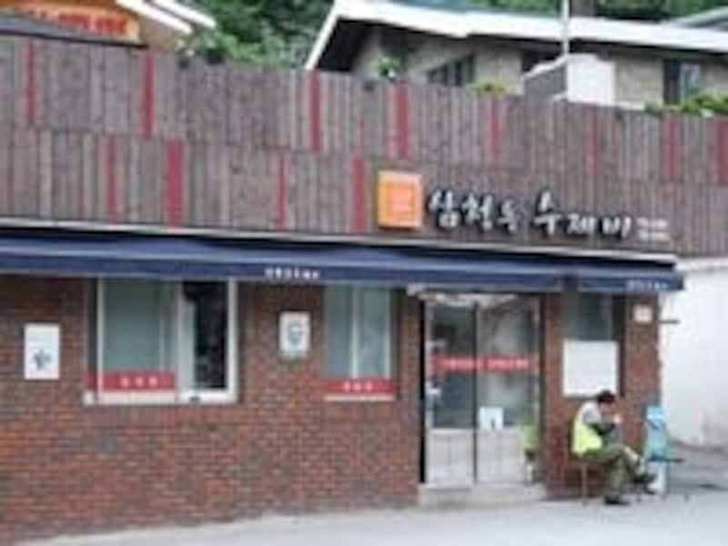 店内は大衆的な雰囲気でいつも賑やか。韓国の元気ある食堂の姿を見ることができますよ!