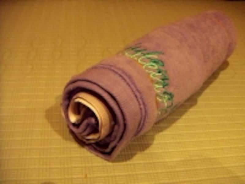 大きめのタオルに、新聞紙を巻き込んで大きさを調節します。
