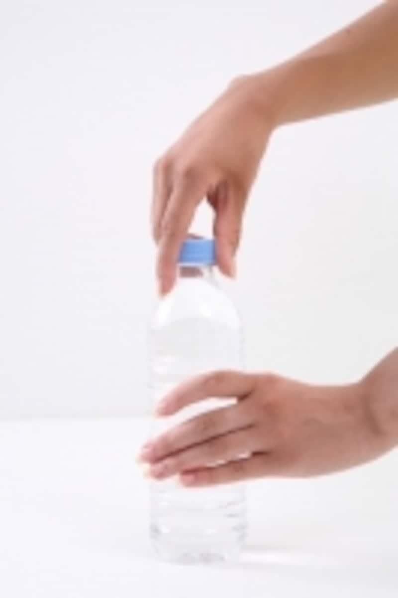 ペットボトルや瓶のフタを開けようとしたら手首が痛むことに気付いた、という人もいます