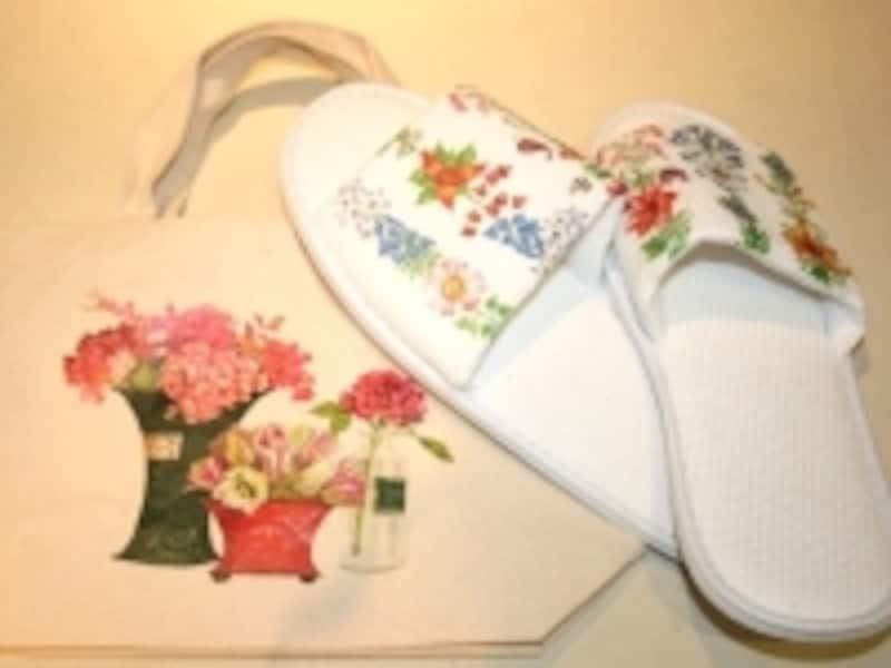 ホテルアメニティの白スリッパにも。ママ用のトートバッグはお花のイラストで
