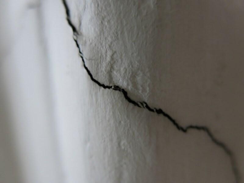 マクロモードundefinedF1.81/30秒ISO125undefined6.1mm(28mm相当)「亀裂」undefined壁の小さなヒビをマクロモードにて撮影。ワイド側で1cmまで寄ることができる