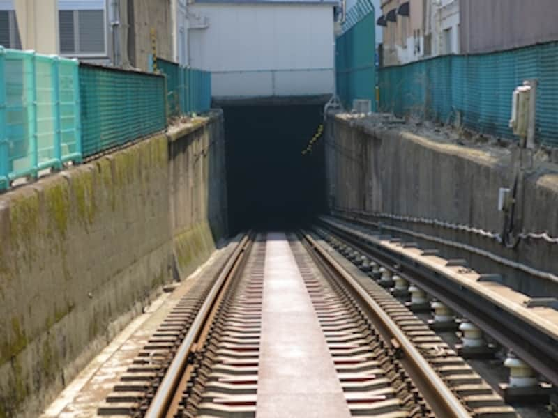 こだわりオートundefinedF2.81/500秒ISO80undefined26mm(120mm相当)「地下鉄の入り口」undefined地下鉄唯一の踏切がある上野検車区にて撮影