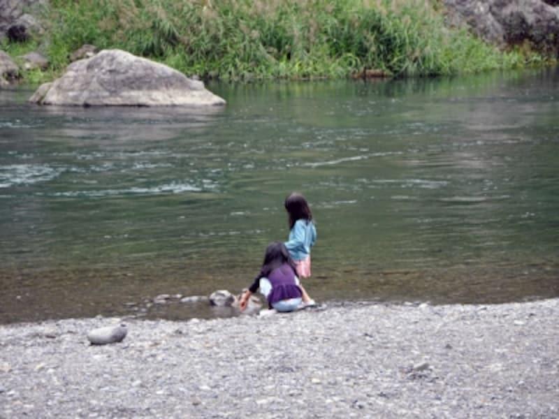 河原で遊ぶ子ども