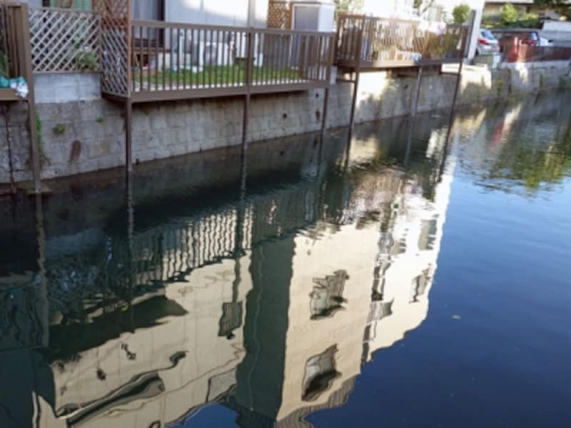 川沿いにテラスがある家
