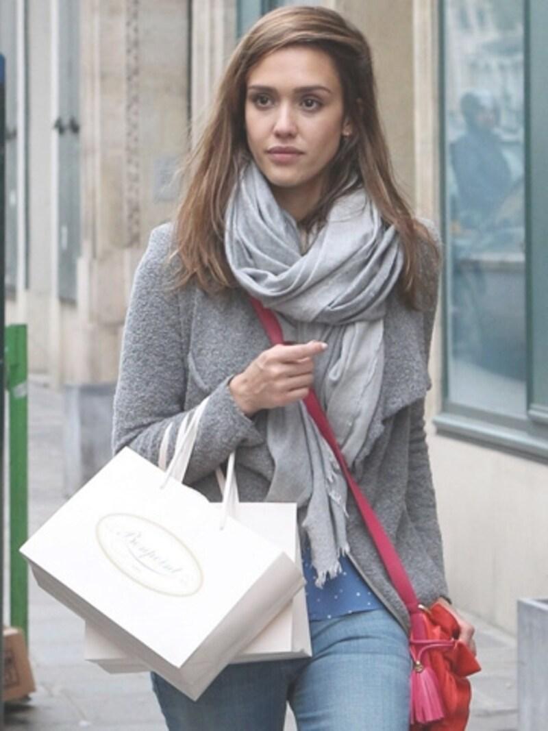 フフランスでお買い物中のジェシカ・アルバ(C)MarcPiasecki