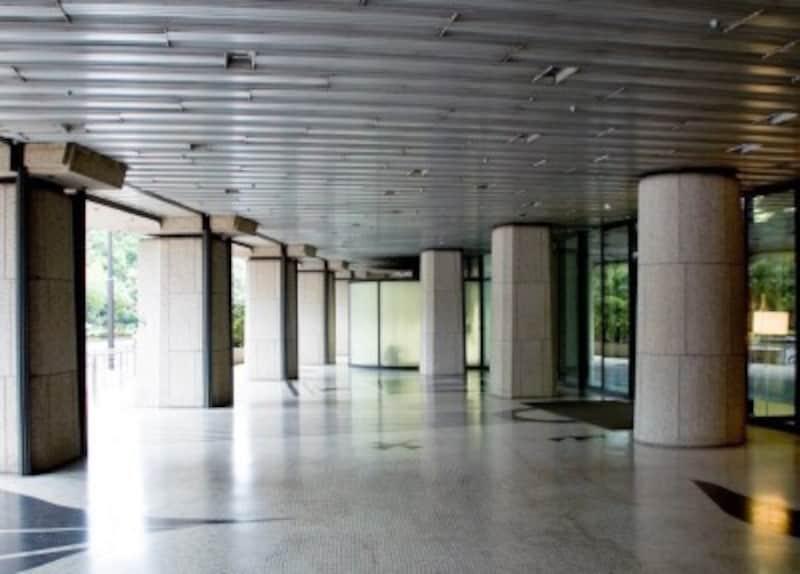 ピロティ(イメージ)。1階部分は柱のみで建物を支えている