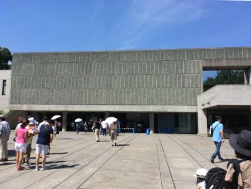 国立西洋美術館はファサードの一部が柱のみのピロティになっています