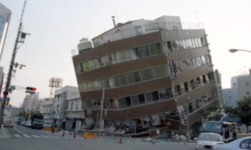 足元(1階部分)が地震の揺れに耐え切れずに崩壊した建物(写真提供:神戸市)