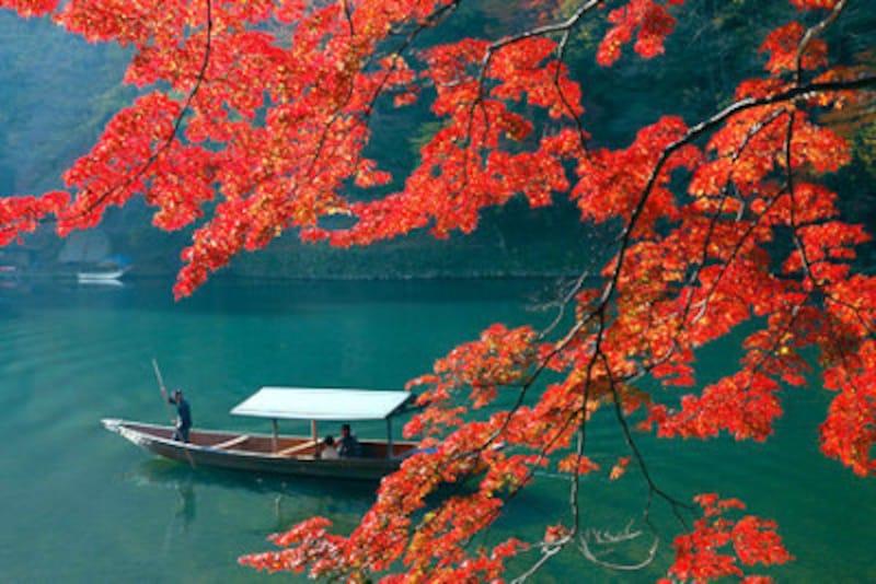紅葉の嵐山と屋形船
