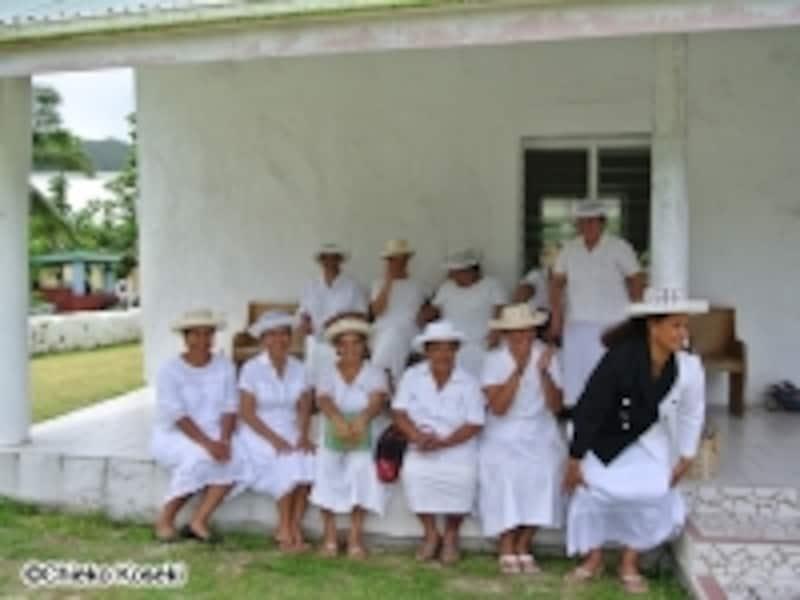 礼拝の後で友達同士で話に花が咲く女性陣